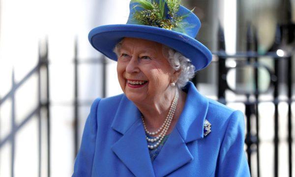 Rainha Elizabeth II aparece com mão roxa em foto e preocupa súditos; veja imagem!