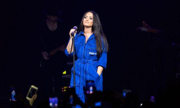 """Demi Lovato critica manchete que falava de seu """"corpo cheinho"""": """"Eu sou mais do que meu peso"""""""