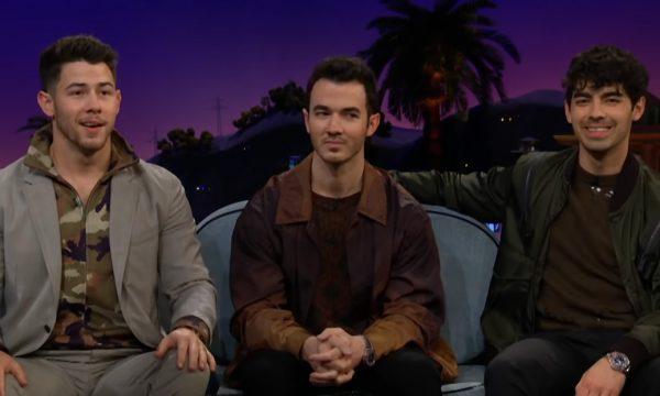 """Vídeo – Joe Jonas revela detalhes de futuro casamento com Sophie Turner e tira sarro das """"18 cerimônias"""" de Nick"""