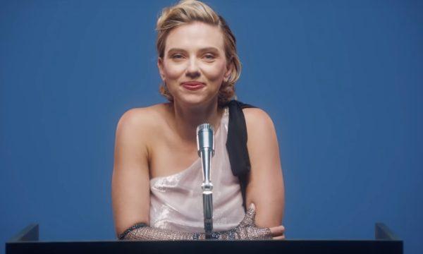 Vídeo: Scarlett Johansson diz que gostaria de beijar Penélope Cruz de novo e revela 'tragédia' com vestido em Red Carpet