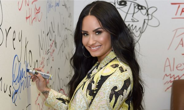 Demi Lovato dá buquê de rosas para si mesma e o cartão é emocionante; vem ver!