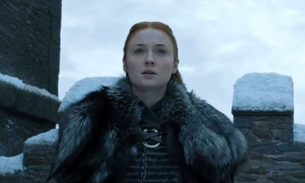 """Após críticas, Sophie Turner esclarece declaração de que teria contado o final de """"Game of Thrones"""" para amigos"""