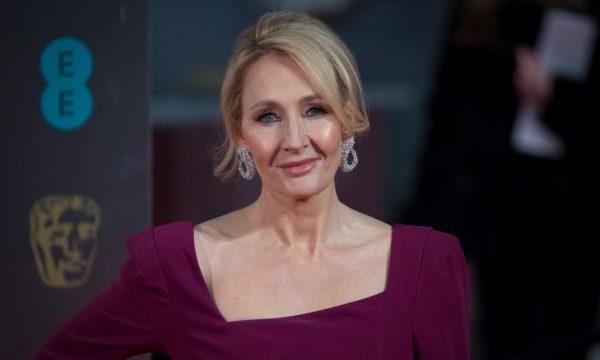 """J.K. Rowling é alvo de críticas após declarações sobre """"relação intensa"""" de Dumbledore e Grindelwald e vira meme nas redes; confira"""