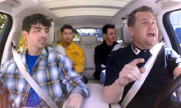 """Jonas Brothers cantam seus grandes hits e fazem revelações com detector de mentiras no """"Carpool Karaoke""""; assista"""