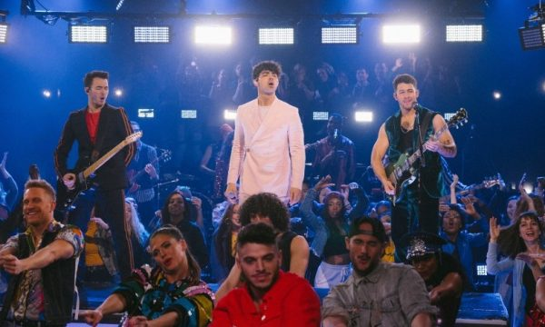 "Jonas Brothers fazem primeira performance na TV do single de retorno ""Sucker""; vem assistir!"