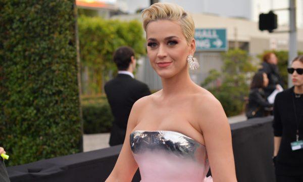 MUITA grana! Após anos de tentativa, Katy Perry consegue vender mansão incrível, com academia gigante e forno de pizza externo! Veja fotos e os valores!