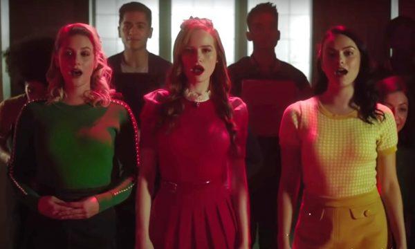 """""""Riverdale"""": Elenco encarna personagens da comédia """"Heathers"""" em prévias do novo episódio musical; assista"""