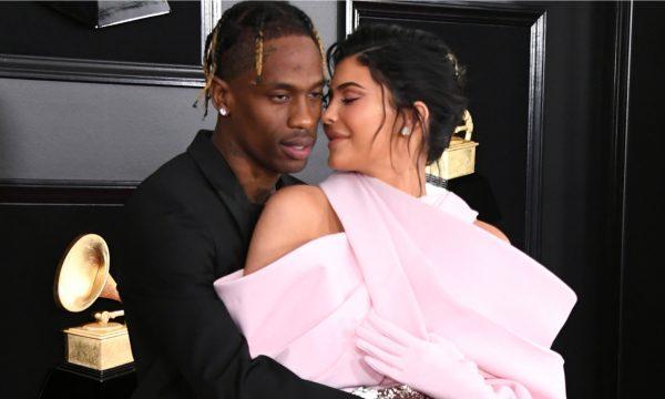 Travis Scott se pronuncia sobre comentários de traição a Kylie Jenner, e explica cancelamento de show