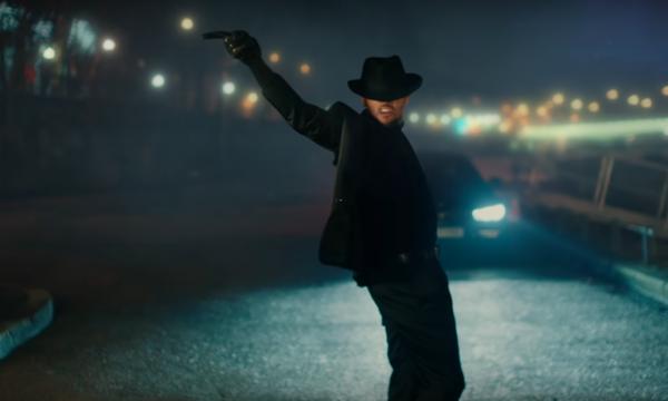 Chris Brown impressiona com coreografia inspirada em Michael Jackson no mais novo clipe, 'Back to Love'; assista