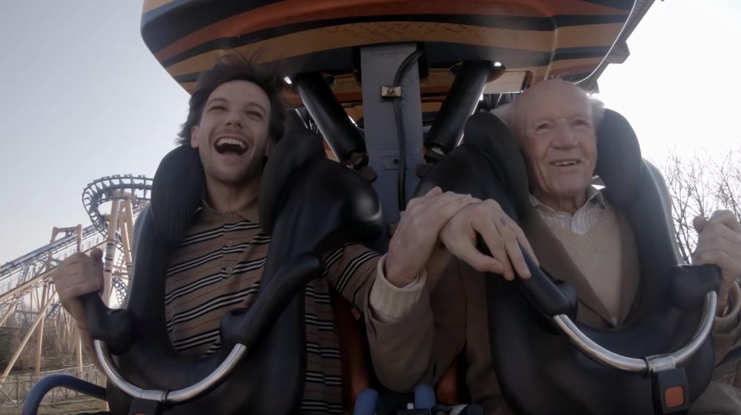 "Louis Tomlinson realiza lista de desejos de senhor de 83 anos no clipe emocionante de ""Two of Us""; assista ao vídeo!>"