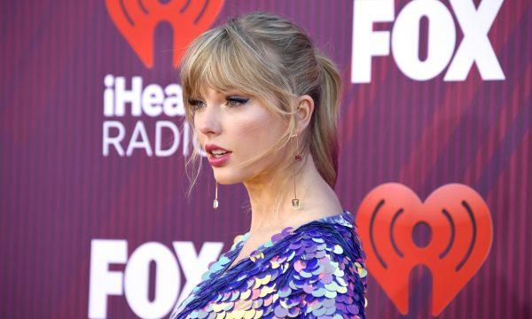 Taylor Swift reage a colisão de carro em seu portão com comentário hilário em post de fãs; vem ver!
