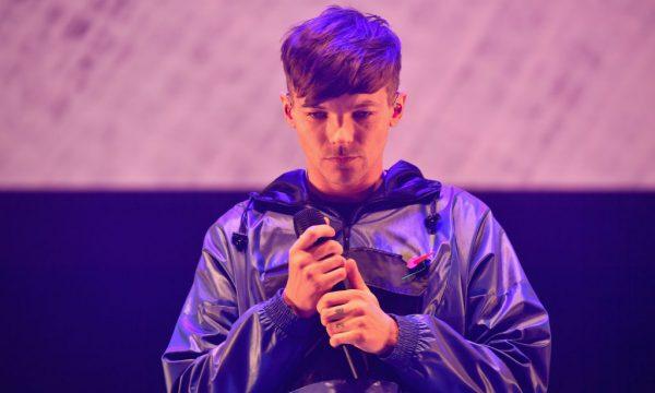 Após perder irmã, Louis Tomlinson diz repensar sua carreira: 'Não estou aqui para competir com Drake e Ariana Grande'