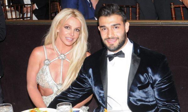 """Namorado de Britney Spears pede que fãs parem de se preocupar com internação da cantora e diz que ela está """"excelente""""; veja vídeo"""