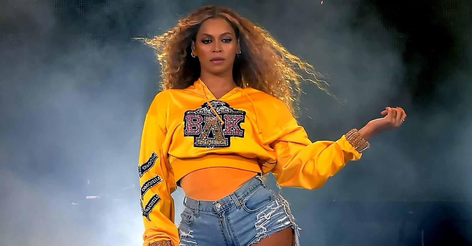 """Beyoncé comemora sucesso de """"Homecoming"""" e parceria com marca esportiva em festa bapho; veja vídeo>"""