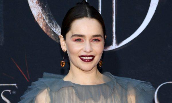 """Emilia Clarke revela que parte de seu cérebro morreu após segundo aneurisma: """"Eles não sabiam o que era"""""""