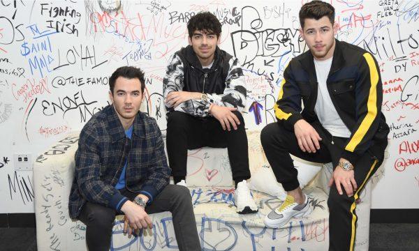 Jonas Brothers relembram comportamento 'pouco saudável' que fez o grupo se separar em 2013 e revelam o que motivou o retorno