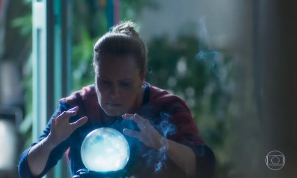 """""""O Sétimo Guardião"""": Mirtes vê imagem impactante em bola de cristal e se desespera; saiba detalhes!"""