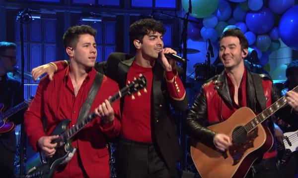 """Após uma década, Jonas Brothers retornam ao palco do """"Saturday Night Live"""", ARRASAM em performances de """"Sucker"""" e """"Cool"""", e surpreendem com hino especial; confira!"""