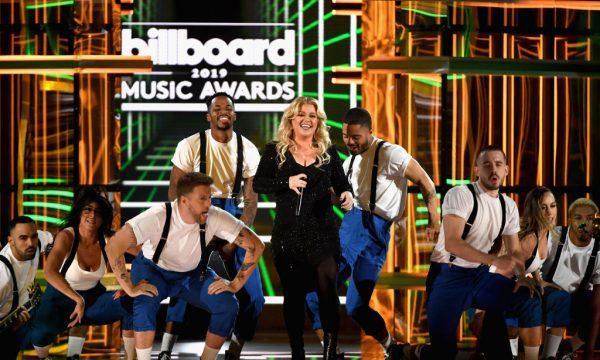 BBMA 2019: Anfitriã da noite, Kelly Clarkson faz performance com medley de canções dos indicados da premiação; assista!