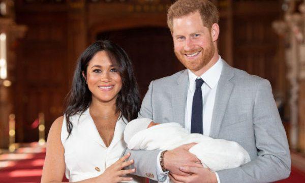 Príncipe Harry e Meghan Markle posam para as primeiras fotos com o bebê e comentam sobre com quem ele se parece!