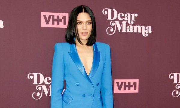 """Jessie J mostra erro em tatuagem e rebate críticas de haters: """"São minhas letras com minha música"""""""