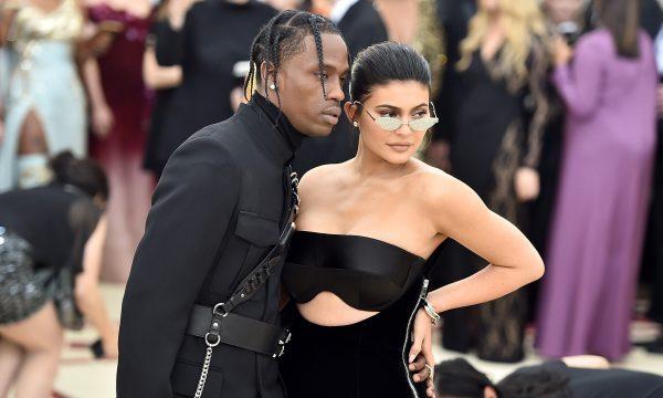 Kylie Jenner faz tatuagem em braço de Travis Scott durante festa; veja vídeo