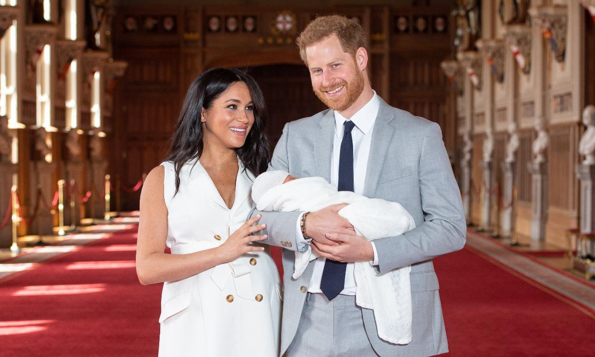 Príncipe Harry e Meghan Markle compartilham foto super fofa do filho Archie para celebrar o 'Dia dos Pais'; Veja esse e outros registros da realeza na data>