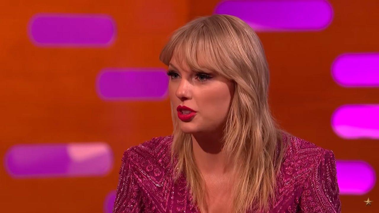 """Taylor Swift revela que bateu o carro duas vezes durante entrevista para Rolling Stone: """"Entrei em pânico total"""">"""
