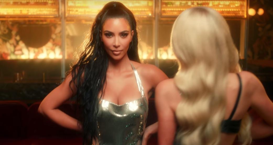 """Kim Kardahsian dá show de close e carão no novo clipe de Paris Hilton; assista a """"Best Friend's Ass"""">"""