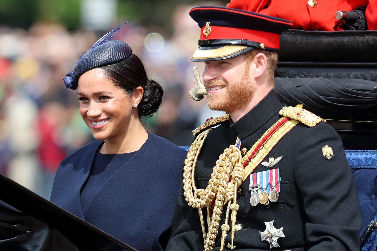 Puxão de orelha?! Momento constrangedor entre Meghan Markle e príncipe Harry viraliza na internet; assista!