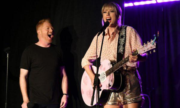Vídeo: Após lançar música com recado para homofóbicos, Taylor Swift surge de surpresa e faz performance especial em icônico local da luta LGBTQ+!