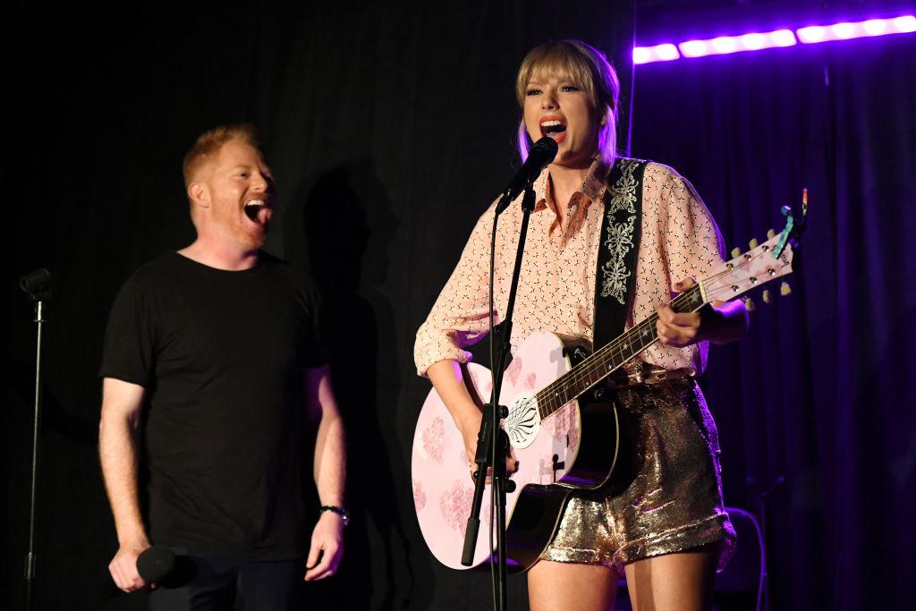 Vídeo: Após lançar música com recado para homofóbicos, Taylor Swift surge de surpresa e faz performance especial em icônico local da luta LGBTQ+!>
