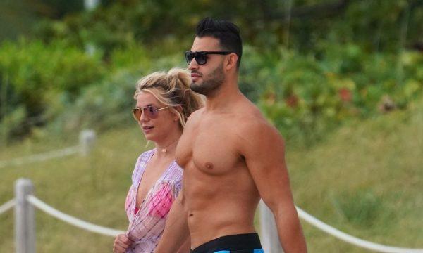 Britney Spears dá a entender que paparazzi editaram suas fotos na praia e mostra seu corpo em vídeo caseiro: 'Magra como uma agulha'