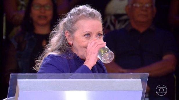 """Senhora dá alfinetada em Luciano Huck durante o """"Caldeirão"""" e bomba na web: """"Água pobre""""; assista!"""