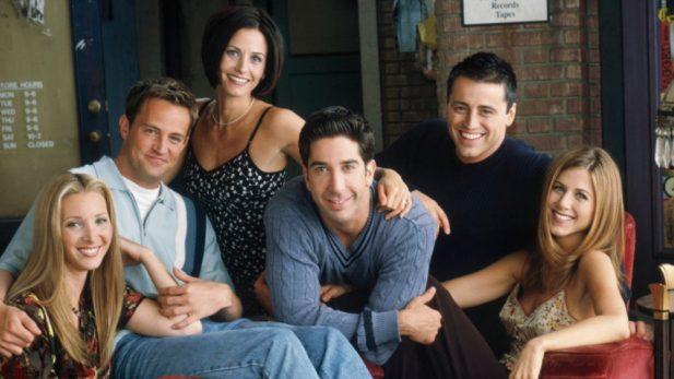 """Criadores de """"Friends"""" revelam quais histórias se arrependem de ter escrito na série, e opinam sobre futuro de Ross e Rachel; saiba os detalhes!"""