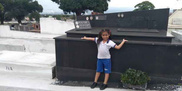 Gótica mirim! Garotinha realiza sonho inusitado de ir ao cemitério e vira meme nas redes sociais; assista ao vídeo e veja as melhores reações!