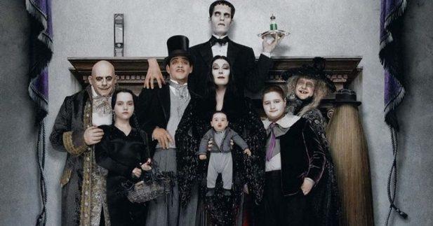 """Incrível! Empresa de hospedagens recria mansão da """"Família Addams"""" para usuários aproveitarem o Halloween; veja as fotos!"""