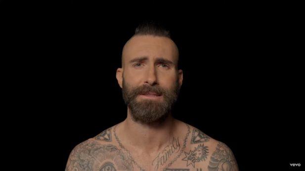 """Maroon 5 homenageia empresário que faleceu no clipe intimista de """"Memories""""; vem assistir!"""