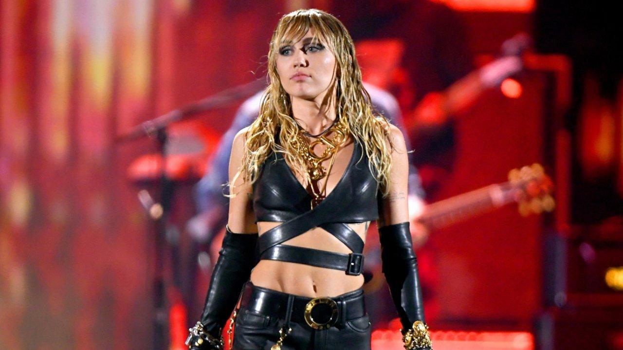 Miley Cyrus cu un penis)