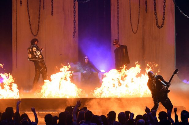 "AMA 2019: Destruição! Post Malone, Travis Scott, Ozzy Osbourne e WATT (literalmente) incendeiam palco ao cantar o HINO ""Take What You Want""; assista!"