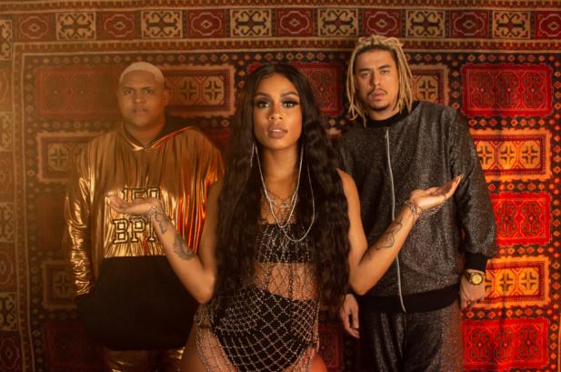 """SAIU! Mc Rebecca é deusa do funk no clipe de """"Repara"""", parceria MARA com Kevin O Chris e Wc No Beat; assista!"""