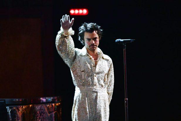 """BRIT 2020: PERFEITO! Harry Styles faz primeira e linda performance da balada """"Falling""""! Assista"""