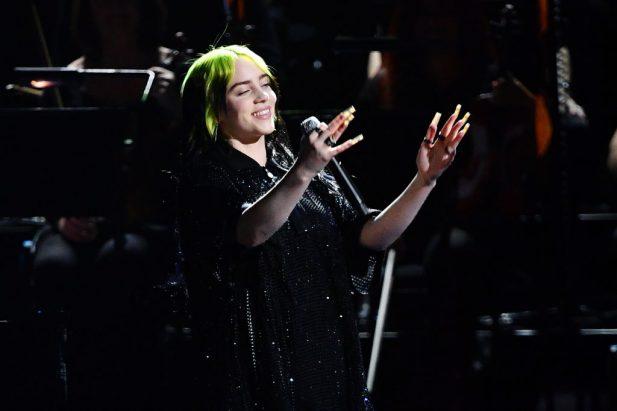 """BRIT 2020: DE ARREPIAR! Com orquestra, Billie Eilish faz primeira e PERFEITA performance de """"No Time To Die"""", música-tema de novo 007! Assista"""