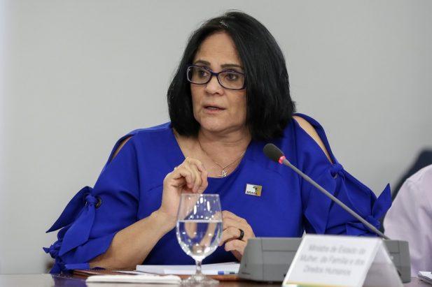 Ministra Damares agiu para impedir que menina de 10 anos estuprada pelo tio realizasse aborto, diz jornal