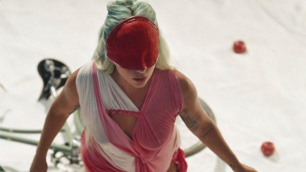 """SAIU! Lady Gaga entrega clipe PERFEITO para seu novo single, o hino """"911""""; Vem assistir"""