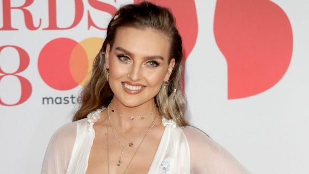 """Perrie Edwards, do Little Mix, revela como evita ficar """"obcecada"""" com as redes sociais, e admite: """"Queria que nunca tivessem existido"""""""