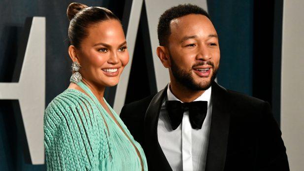 """Chrissy Teigen e John Legend fazem homenagem emocionante para o filho Jack, após perda gestacional da modelo: """"Sempre conosco""""; confira!"""