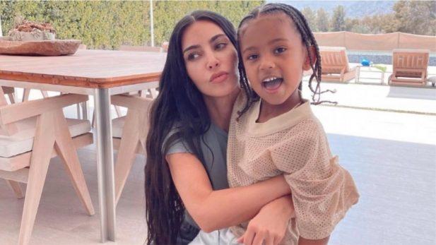 Em teaser de novo episódio, Kim revela que o filho Saint teve COVID no ano passado (Foto: Reprodução Instagram)