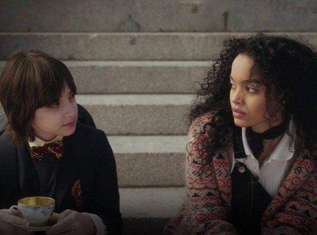 Milo e Zoya se encontram nas escadas do Met. (Foto: Reprodução/HBM Max)
