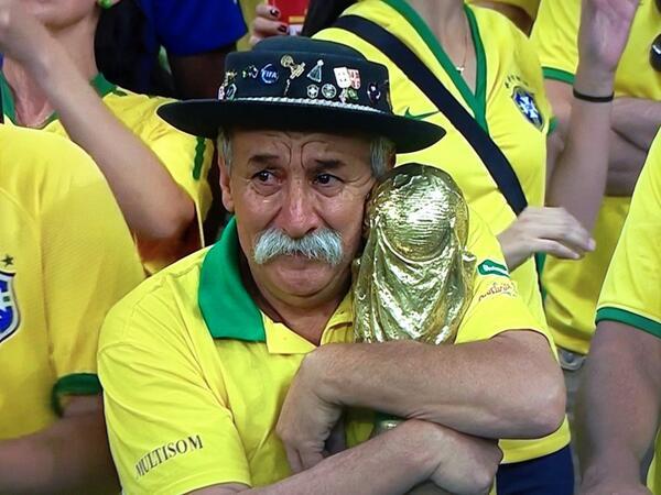 A imagem desse senhor deixou a gente mais triste do que a derrota da seleção. kkkk (Foto: Reprodução)